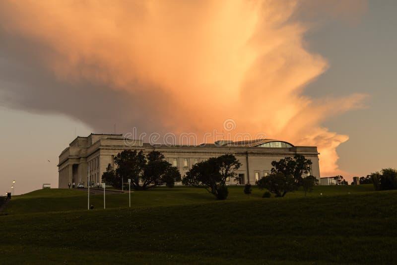 Museo del monumento de guerra de Auckland en la puesta del sol con el cielo anaranjado, Nueva Zelanda foto de archivo