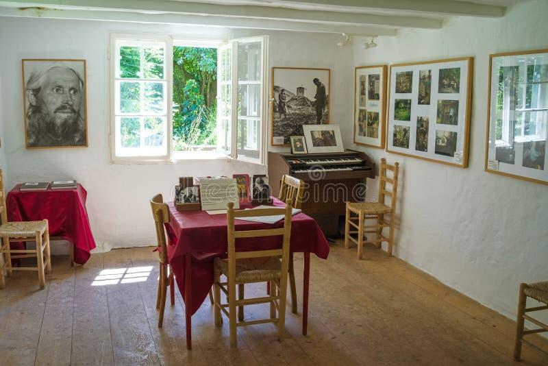 Museo del sacerdote Timofei en el jardín de la iglesia ortodoxa rusa fotos de archivo