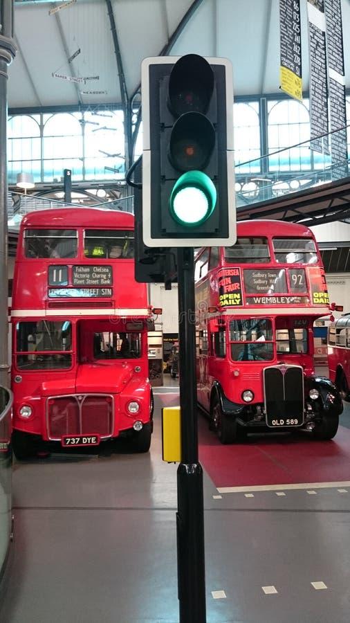 Museo del transporte de Londres - autobuses de dos pisos ingleses imagen de archivo