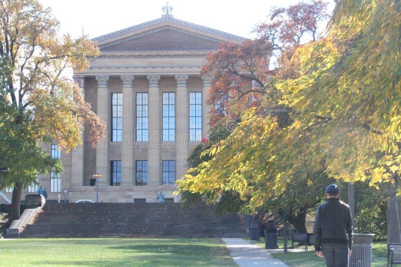 Museo di arte di Filadelfia, uomo che cammina da solo immagini stock