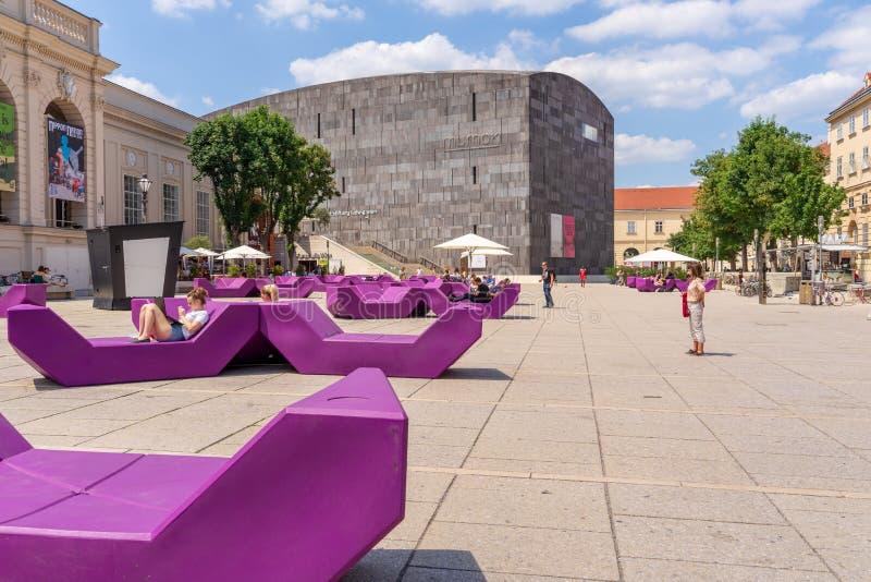 Museo di arte moderna di MUMOK e decorazione del terrazzo immagini stock libere da diritti