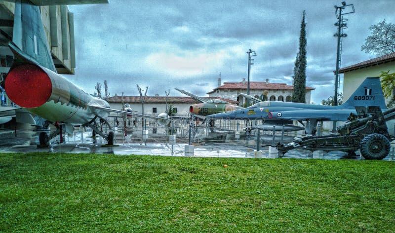 Museo di guerra a Atene, alcuna dei getti e dell'arsenale utilizzati dai Greci nella guerra fuori del museo immagine stock