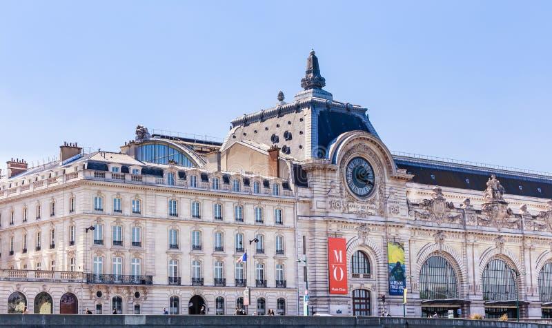 Museo di Orsay sulla riva della Senna, Parigi fotografia stock