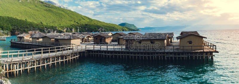 Museo en el agua, pueblo del pescador - opinión icónica del paisaje fotos de archivo