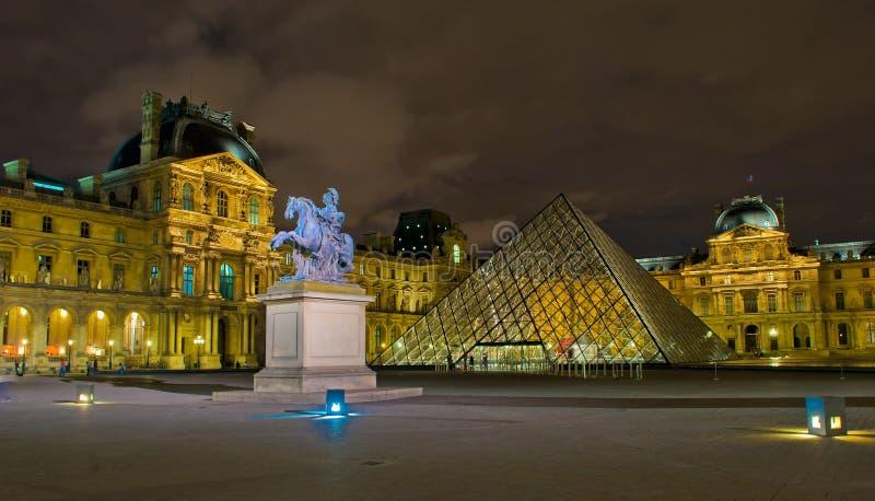 Museo en la noche, París, Francia de la lumbrera imagen de archivo libre de regalías