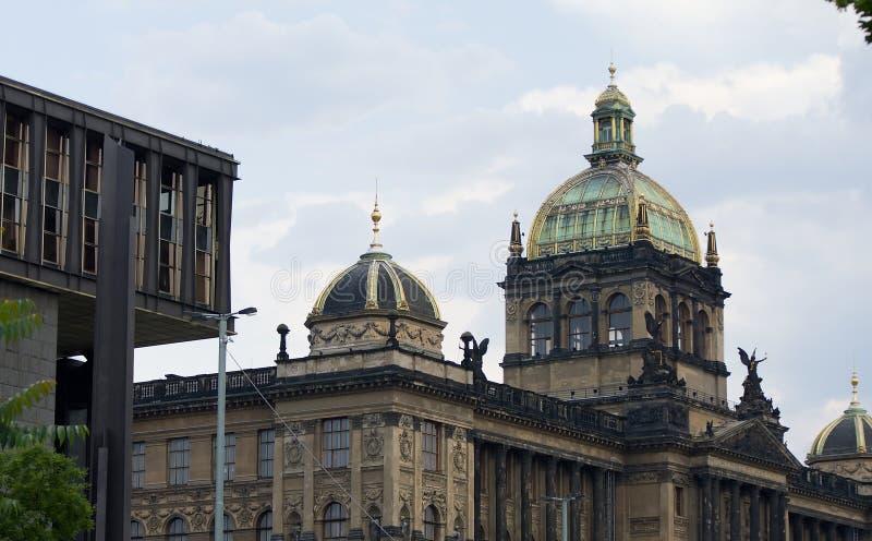 Museo Nacional en Praga con la bóveda de cristal y la parte moderna imágenes de archivo libres de regalías