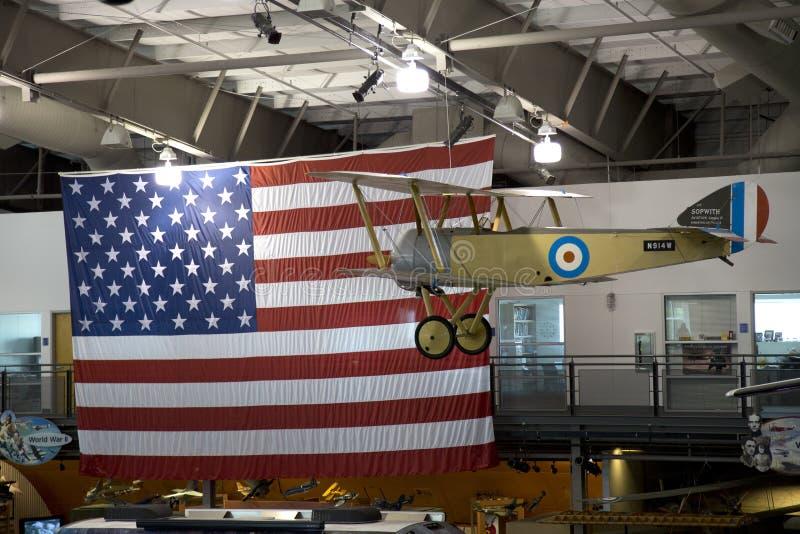 Museo piano d'attaccatura della bandiera e del modello in volo immagini stock
