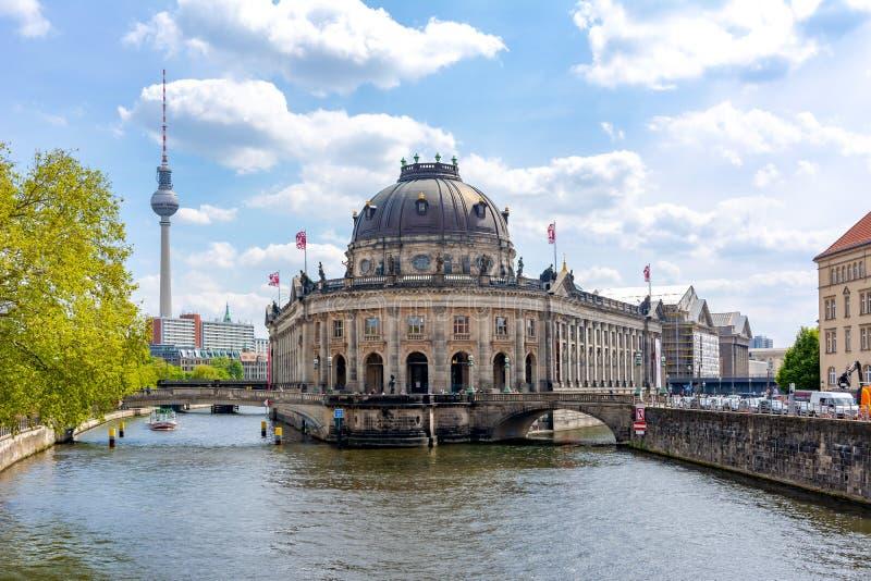Museo preannunciato sull'isola di museo con la torre della TV a fondo, Berlino, Germania fotografia stock
