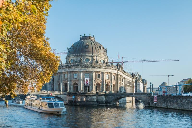 Museo presagiado de Berlín y Boad en la diversión del río en los ambientes del otoño foto de archivo