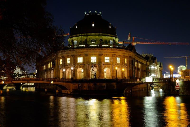 Museo presagiado en la noche Berlín, Alemania - 29 11 2016 imagen de archivo libre de regalías