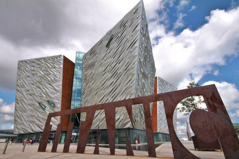 Museo titanico e cielo nuvoloso, Belfast immagini stock libere da diritti