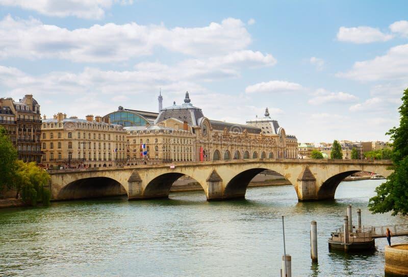 Museo y río Siene, Francia de Orsay foto de archivo