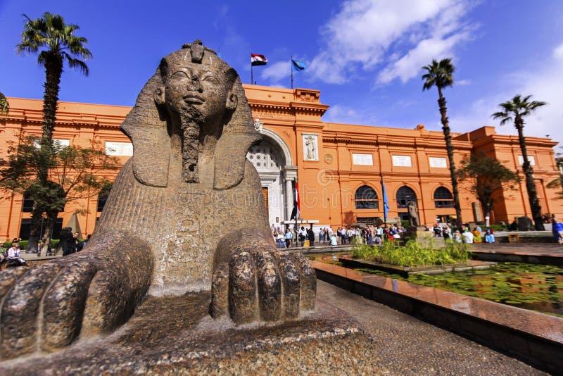 Museu da estátua da esfinge e do egípcio do Cairo foto de stock royalty free