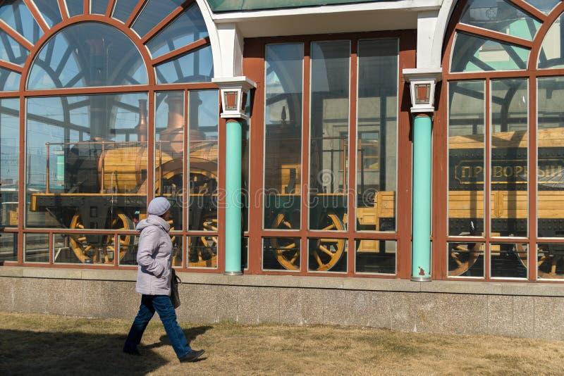 Museu da locomotiva de Provorny perto da estação de trem na cidade de Novosibirsk fotos de stock