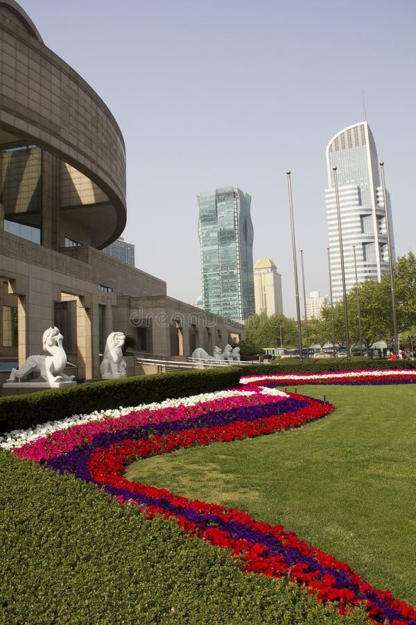 Museu de Shanghai e edifícios modernos imagem de stock