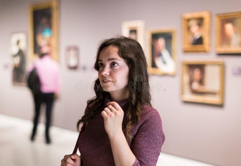 Museu de visita da mulher da inteligência e artes satisfeitas foto de stock royalty free