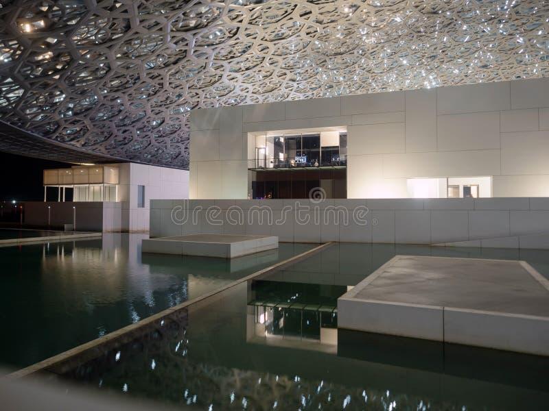 Museu do Louvre luminated em Abu Dhabi imagens de stock royalty free