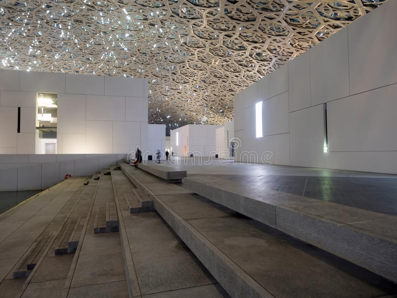 Museu do Louvre luminated em Abu Dhabi fotografia de stock