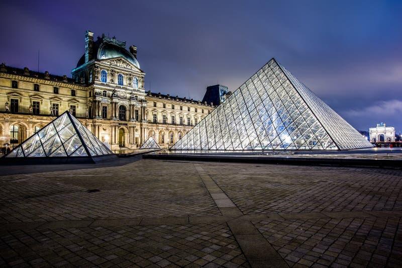 Museu do Louvre na noite imagem de stock
