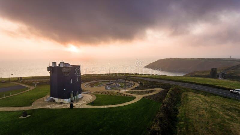 Museu do Lusitania Penhascos na praia Cortiça do condado ireland imagens de stock royalty free