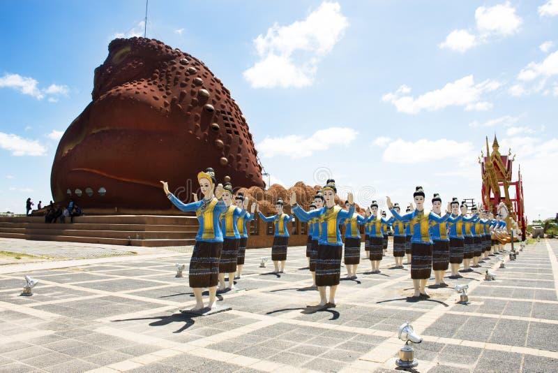 Museu do sapo com o dançarino da mulher que dança a estátua tailandesa do estilo no parque público bronzeado de Phaya imagens de stock royalty free