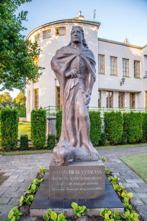 Museu e escultura em Kernave foto de stock