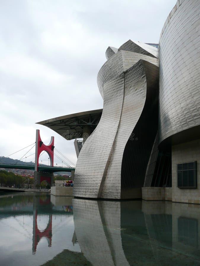 Museu externo Bilbao de Guggenheim com ponte 02 fotografia de stock royalty free