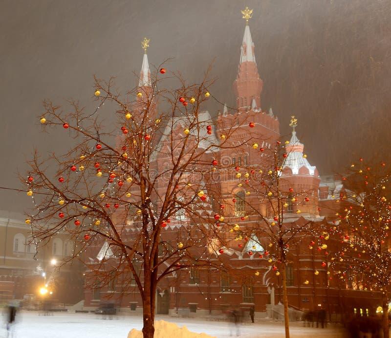 Museu histórico da iluminação e do estado do Natal (feriados do ano novo) na noite, quadrado vermelho em Moscou, Rússia foto de stock