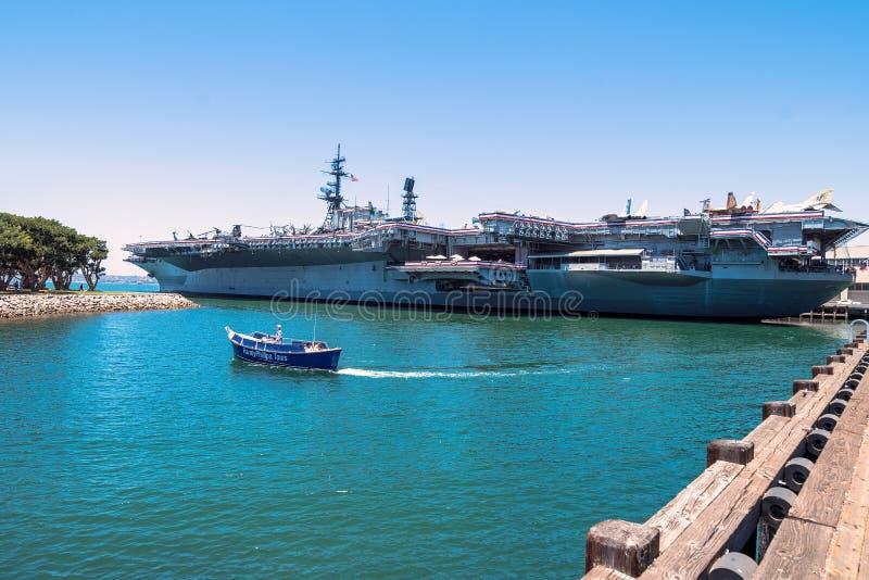 Museu intermediário do porta-aviões de Uss no dia de verão do espaço livre de San Diego Harbor California imagens de stock royalty free