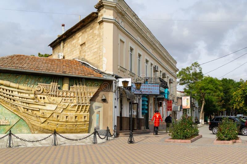 Museu Memorial Literário de Alexander Grin Aleksandr Grin em Feodosia Bas-relevo de Brigantina na parede do museu de casa imagem de stock