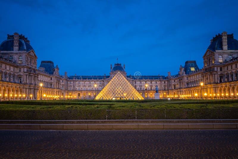 Museu na noite, Paris da grelha, France fotos de stock