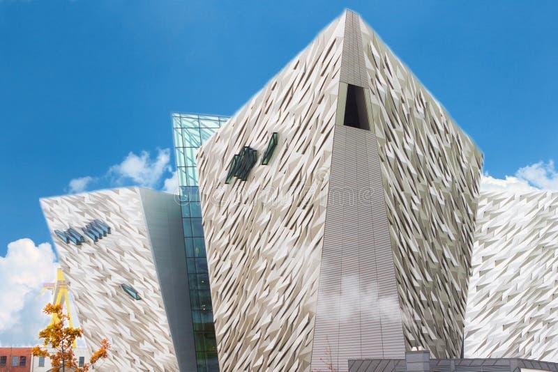 Museu titânico no dia ensolarado, Belfast imagens de stock