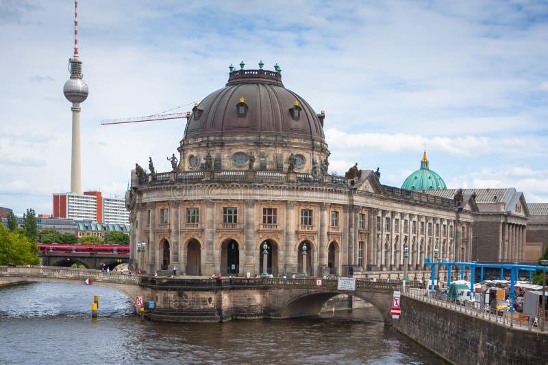 Museumö på festfloden, bidat museum och tvtornsikt arkivfoto