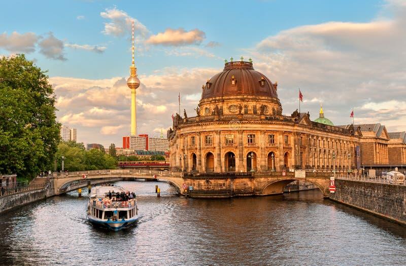 Museumön på festfloden och Alexanderplatz TV står högt i cent royaltyfri fotografi