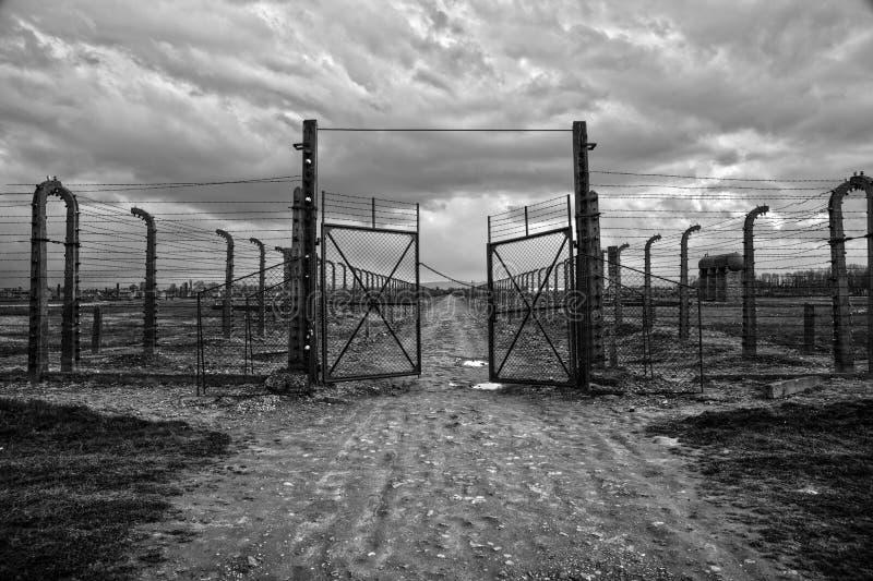Museum Auschwitz - Birkenau Förintelseminnesmärkemuseum Försett med en hulling - tråd och fance runt om en koncentrationsläger royaltyfria foton