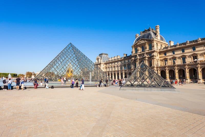Museum av Louvre i Paris royaltyfria bilder