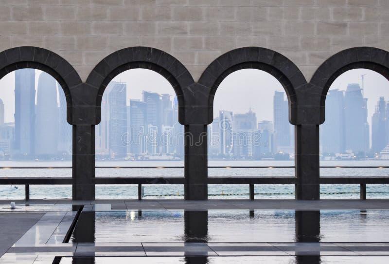 Museum der islamischen Kunstansicht von Doha-Skylinen und -meer stockbilder