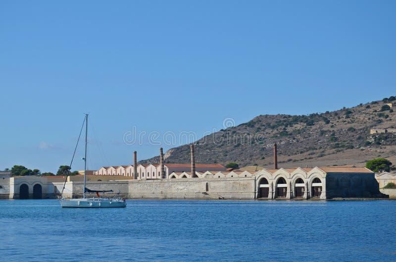 Museum en oude tonijnfabriek op het Eiland Favignana stock foto