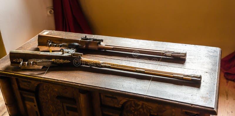 Museum med gamla vapen, forntida harnesklagring royaltyfri foto