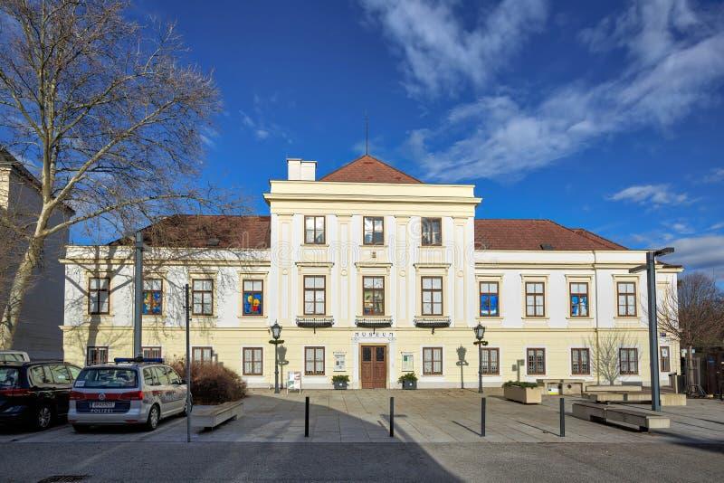 Museum Moedling-Thonetschloessl på en solig vinterdag Moedling lägre Österrike, Europa arkivfoton