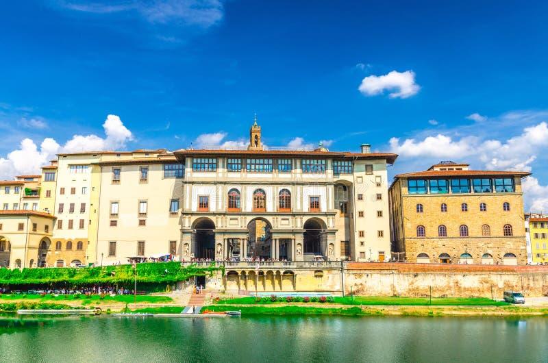 Museum Museo Galileo, Gallerie-degli Uffizi-Galerie und Gebäude auf Dammpromenade von der Arno-Fluss in Florenz lizenzfreies stockfoto