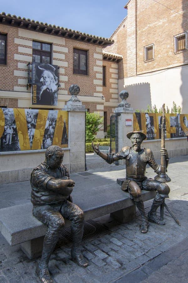 Museum- och husfödelseort av Miguel de Cervantes med statyer fotografering för bildbyråer