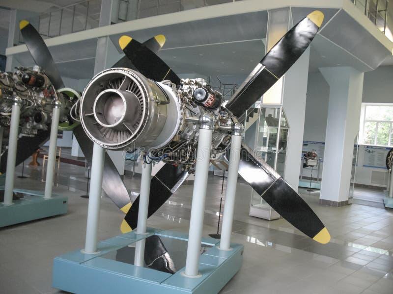 Museum van de geschiedenis van de bouw van de vliegtuigenmotor Vliegtuigenmotoren op tribunes Turbinemotoren en interne verbrandi stock foto's