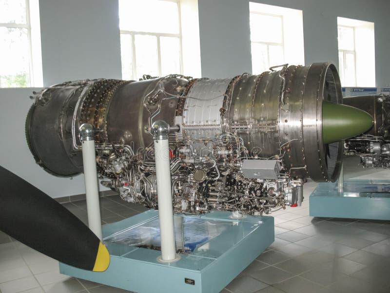 Museum van de geschiedenis van de bouw van de vliegtuigenmotor Vliegtuigenmotoren op tribunes Turbinemotoren en interne verbrandi stock afbeelding
