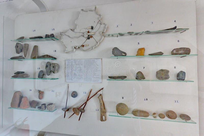Museumexpositie met genummerde hulpmiddelen van het oude wereldwerk achter glas royalty-vrije stock foto