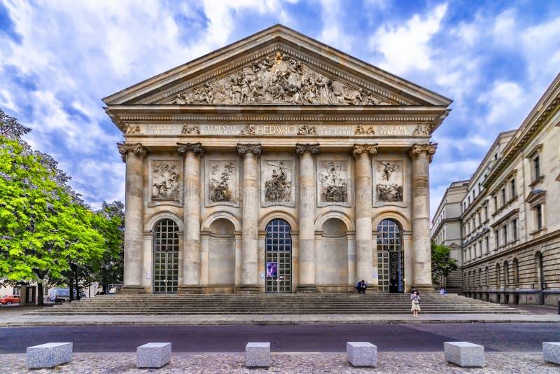 Museumsinsel, Berlin, Deutschland Ansicht der Kathedrale St. Hedwigs an der Front mit seiner Treppe, lizenzfreies stockbild