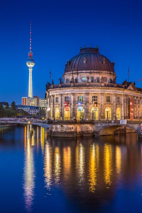 Museumsinsel med TVtornet och festfloden på natten, Berlin, Ger royaltyfri bild