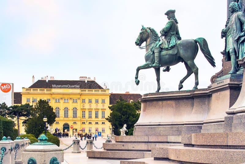 MuseumsQuartier的游人在维也纳,奥地利 库存图片