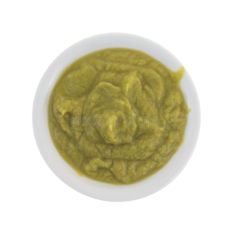 Mush do comida para bebê das ervilhas verdes em uma bacia fotografia de stock