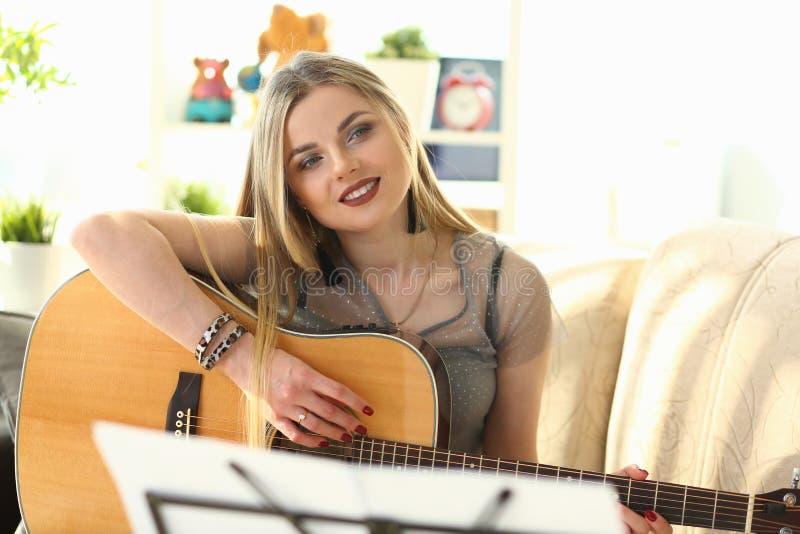 Musica che crea il lavoro femminile del cantautore a casa fotografie stock libere da diritti